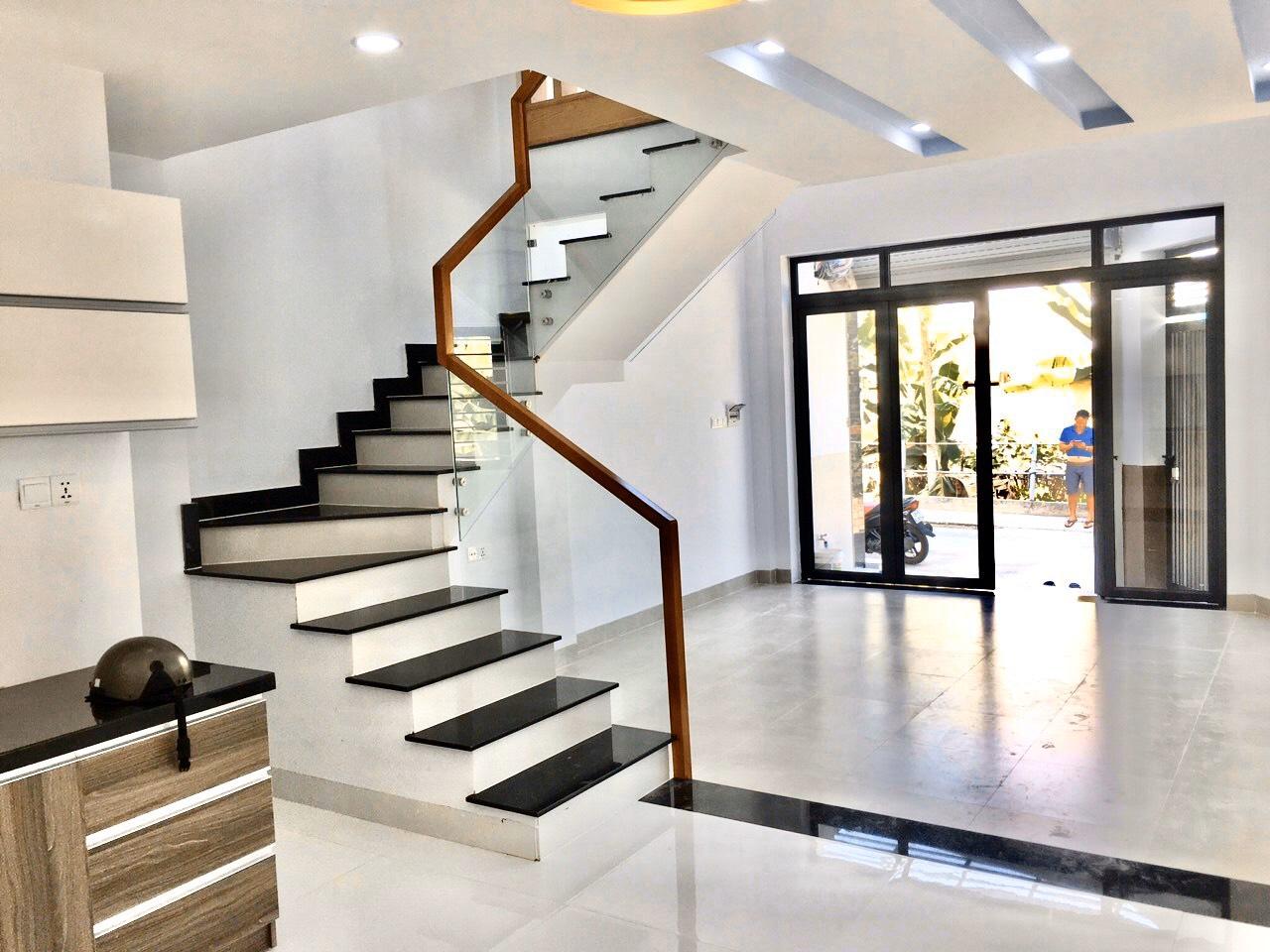 Nhà đẹp 2 tầng, 5,2x11m, chỗ đậu ôtô đường Cao Thắng, Quận 3. Giá 8 tỷ 700.